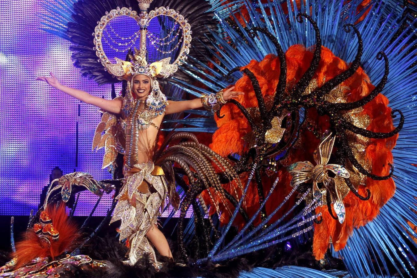 """GRA457. SANTA CRUZ DE TENERIFE, 27/02/2014.- La candidata Amanda Perdomo San Juan, con la fantasía """"Poderosa Amazona"""", durante la gala de elección de la Reina del Carnaval 2014 que se celebra esta noche en Santa Cruz de Tenerife. EFE/Cristóbal García."""